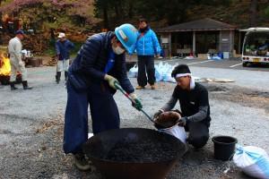 回収した枝を無煙炭化器という装置を使い、炭にしていきました。土嚢袋57個分の炭が出来上がりました